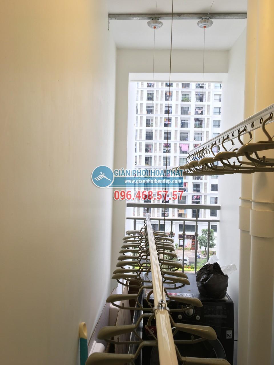 Ngó lô gia đẹp hiện đại với giàn phơi thông minh nhà chị Yến, tòa Park 1, Park Hill - 06