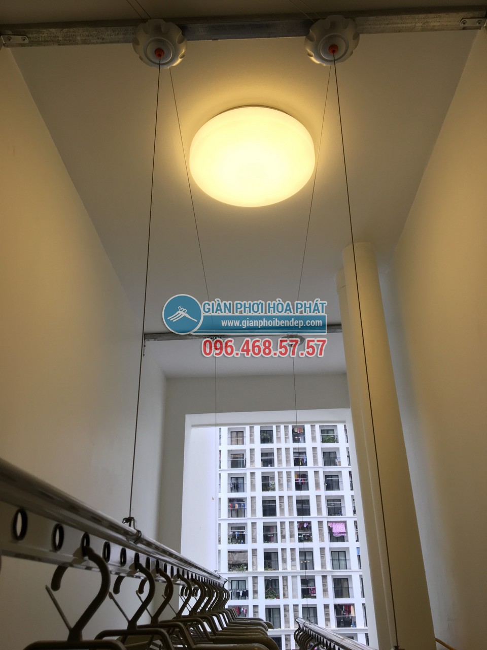 Ngó lô gia đẹp hiện đại với giàn phơi thông minh nhà chị Yến, tòa Park 1, Park Hill - 02