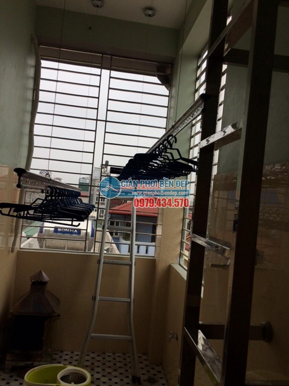 Toàn cảnh sân phơi với giàn phơi thông minh nhà chị Thảo, ngõ 177/18 Định Công - 05