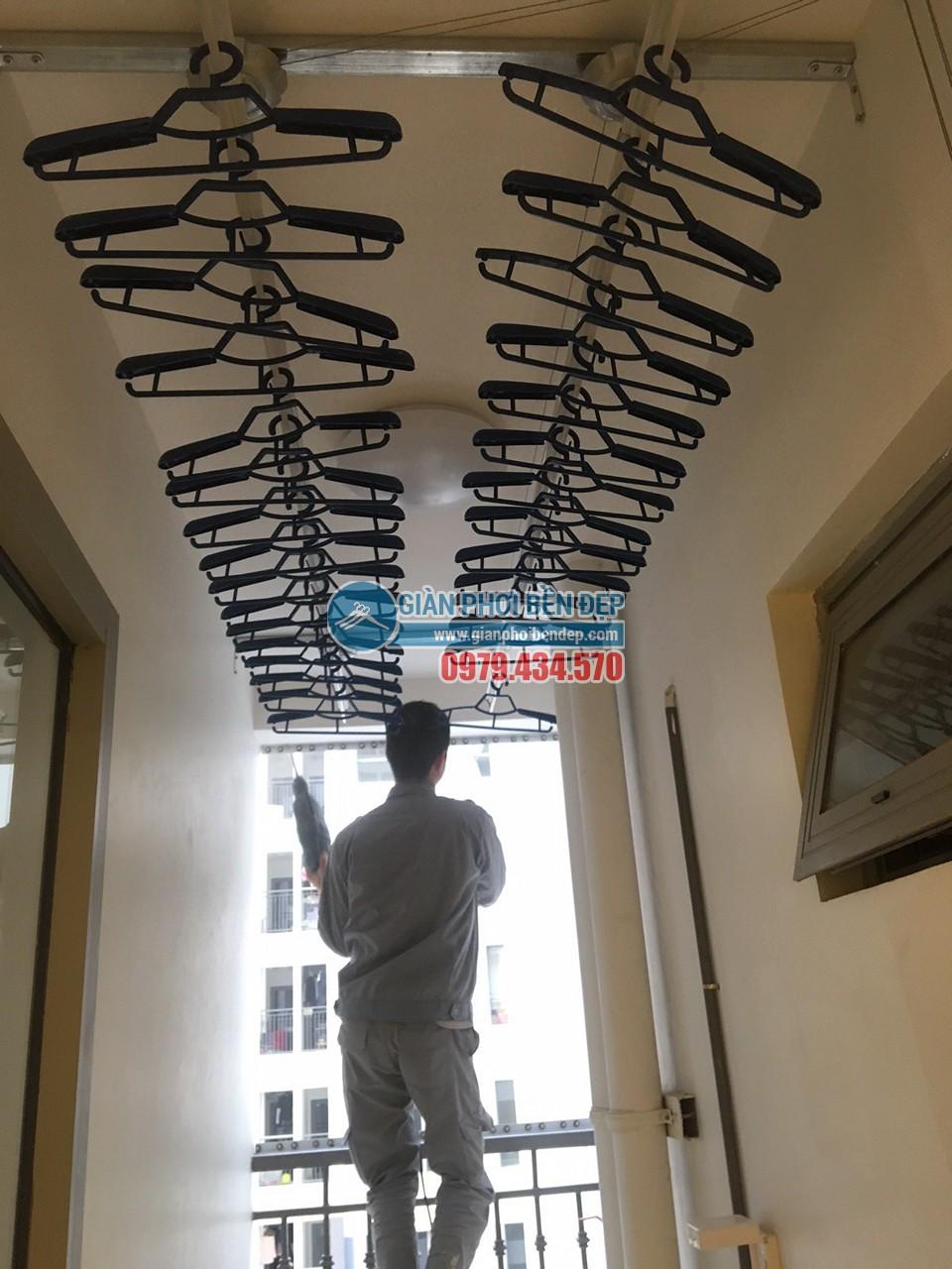 Hoàn thiện lắp đặt giàn phơi thông minh và lưới an toàn nhà chị Minh, tòa Park Hill 8 - 05
