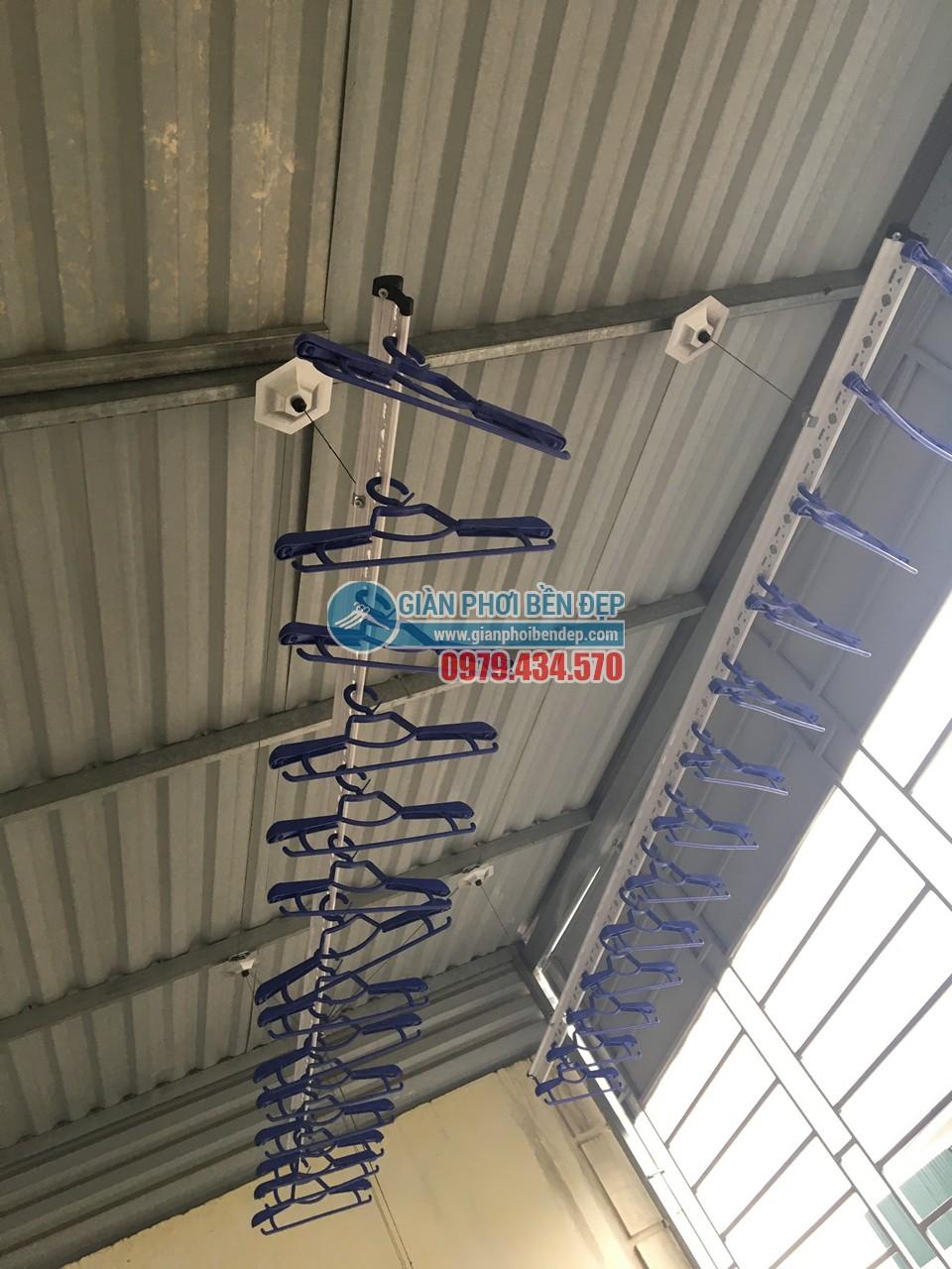 Lắp đặt giàn phơi quần áo thông minh tại trần mái tôn nhà anh Linh, Tân Triều
