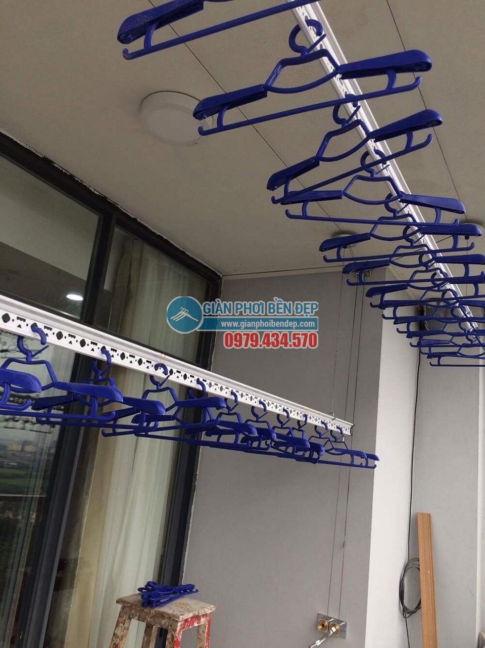 Lắp đặt giàn phơi thông minh tại ban công nhà chị Linh, New Skyline Văn Quán - 03