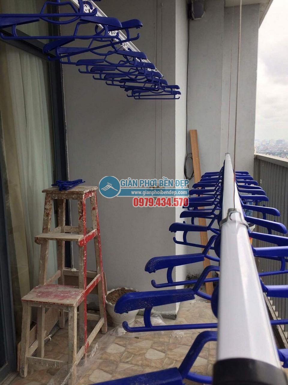 Lắp đặt giàn phơi thông minh tại ban công nhà chị Linh, New Skyline Văn Quán - 02