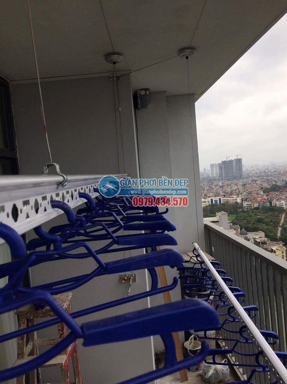 Lắp đặt giàn phơi thông minh tại ban công nhà chị Linh, New Skyline Văn Quán