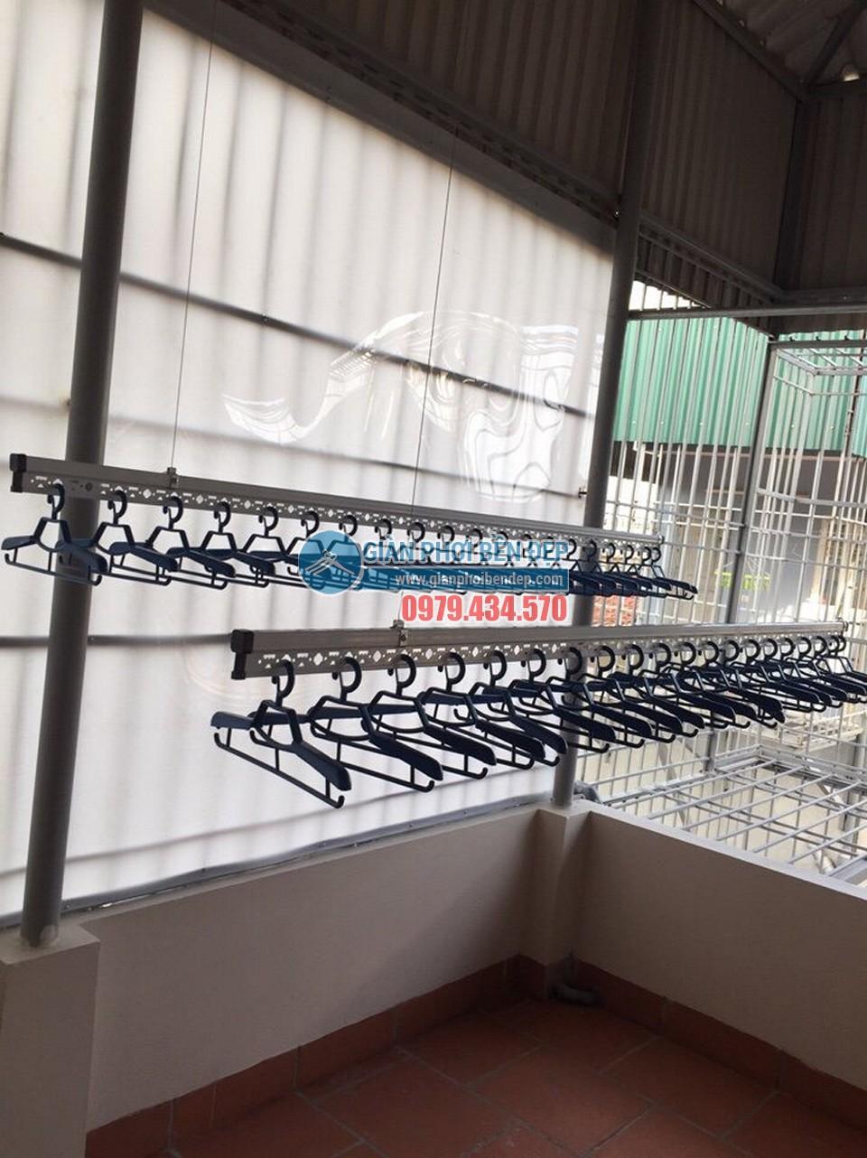 Lắp bộ giàn phơi thông minh cao cấp ở trần mái tôn nhà chị Hòa