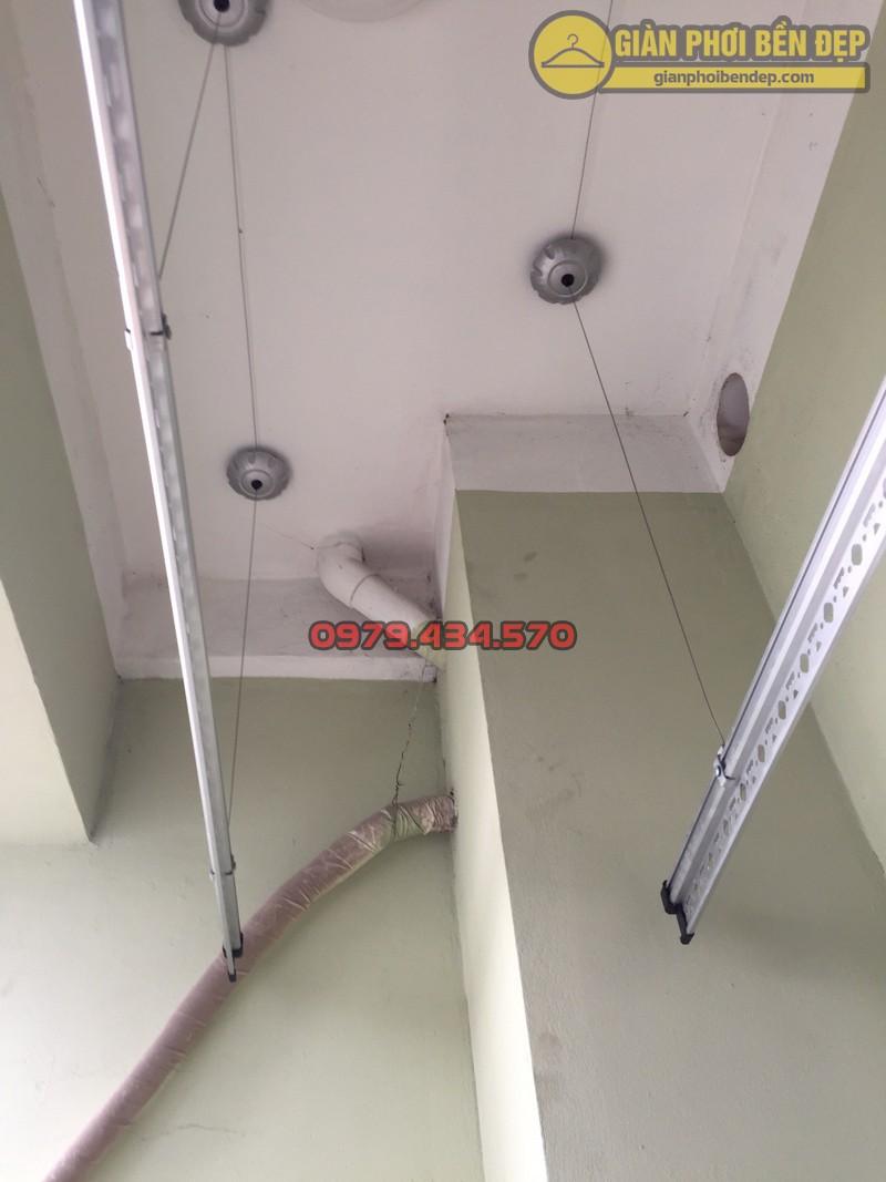 Lắp giàn phơi thông minh tại ban công có cục nóng điều hòa nhà chị Hòa chung cư Vinaconex 7 -03