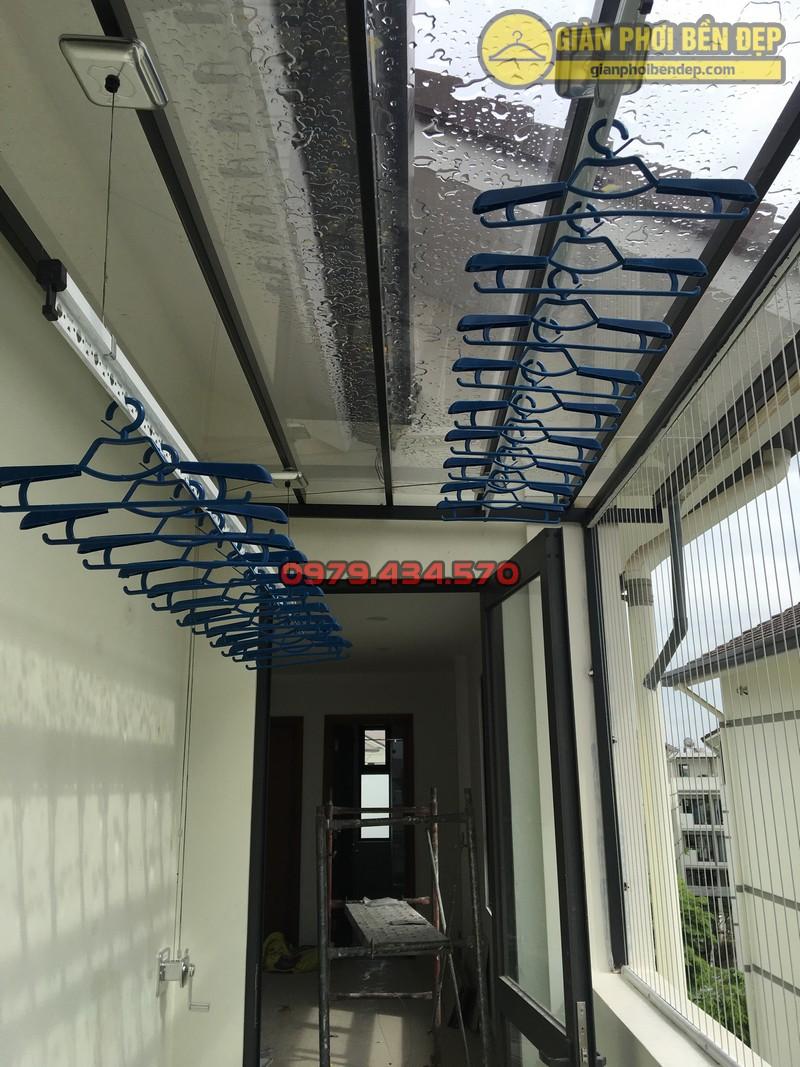 Lắp giàn phơi cho trần mái kính nhà anh Doanh khu đô thị liền kề 32 Vinhome Thăng Long-02