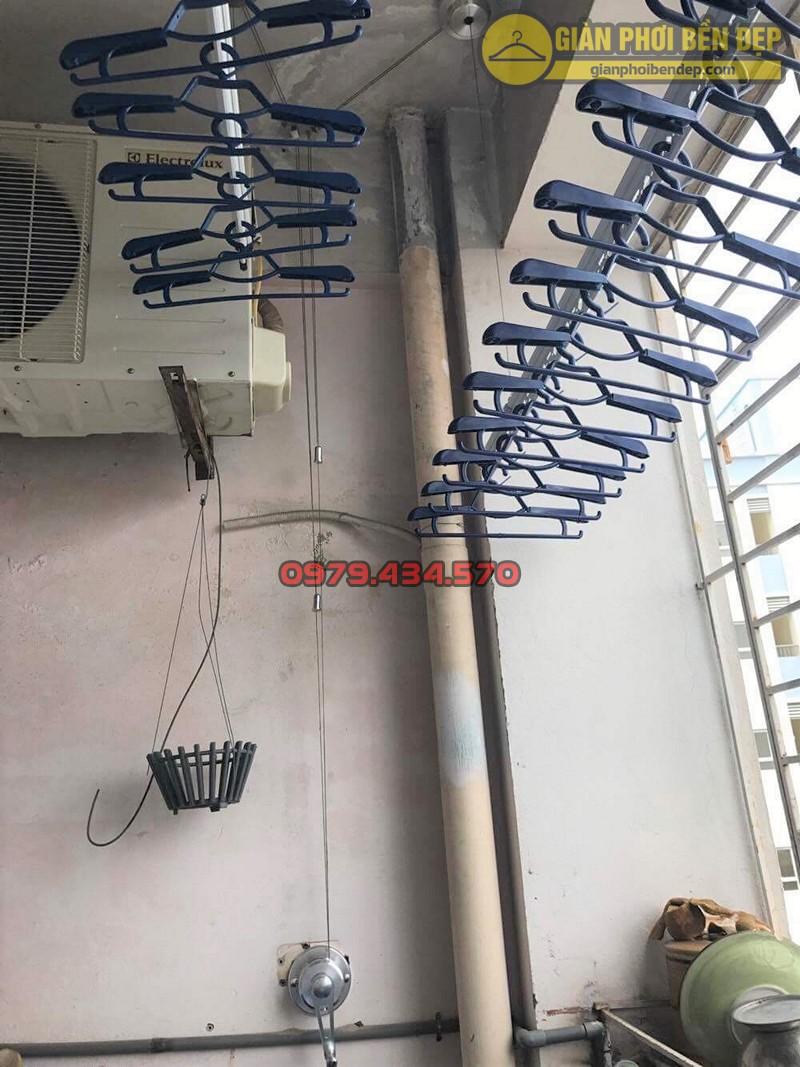Lắp bộ giàn phơi Duy Lợi tại ban công có cục nóng điều hòa nhà chị Huệ, 103 Đốc Ngữ