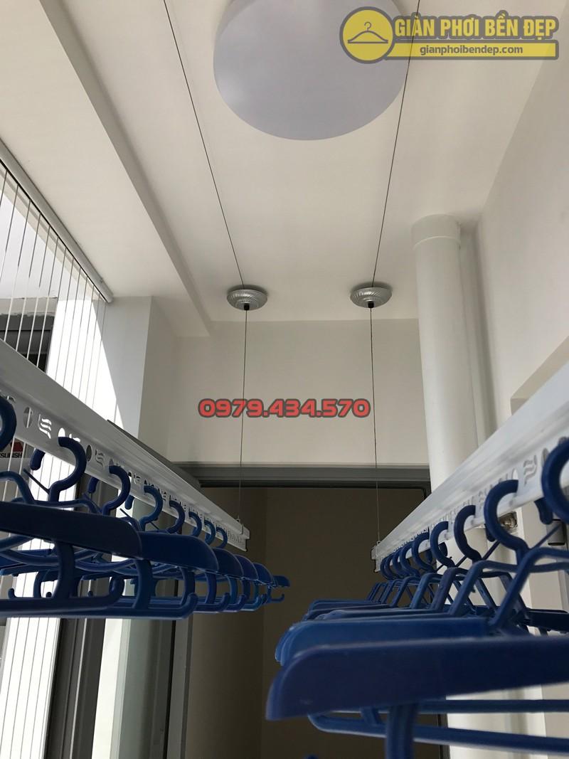 Ban công nhà anh Hưng sau khi lắp bộ giàn phơi nhập khẩu Thái Lan và lưới an toàn
