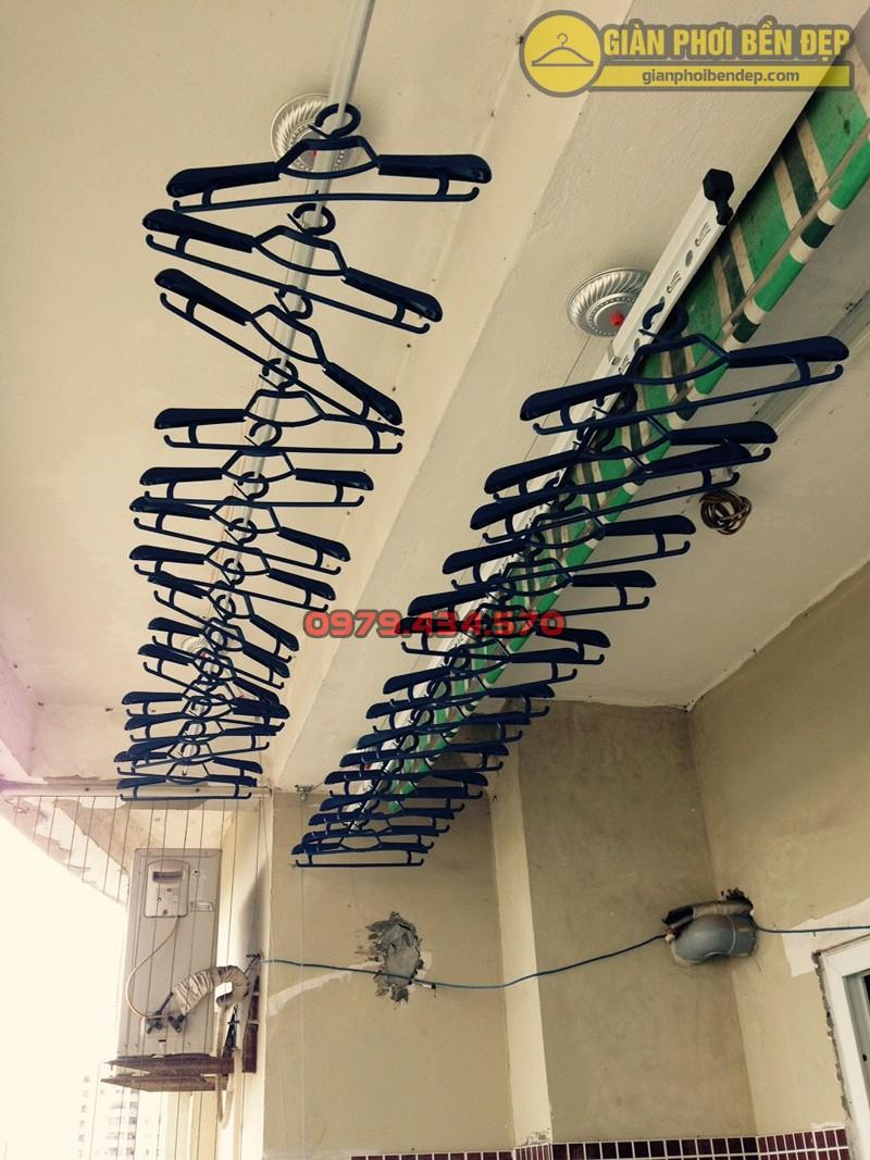 Lắp bộ giàn phơi thông minh ở trần bê tông giật cấp nhà cô Thanh, chung cư Viện 103