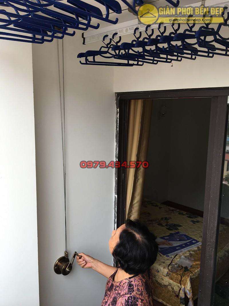 Ban công nhỏ hẹp nhà cô Nụ sau khi lắp đặt bộ giàn phơi Ba Sao